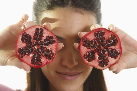 """<p>Per diminuire il gonfiore sotto gli occhi è necessario seguire una <a href=""""http://www.gioia.it/benessere/diete/"""" data-tracking-id=""""recirc-text-link"""">dieta equilibrata</a>: alcol, fritti, grassi, dolci e junk food appesantiscono il fegato e sono tra i responsabili dell'accumulo di tossine all'interno dell'organismo. Pelle del viso e contorno occhi sono le prime parti del nostro corpo a subire un evidente peggioramento a causa delle nostre malsane abitudini. Opta per un'alimentazione ricca di verdura, frutta e cibi freschi.</p>"""