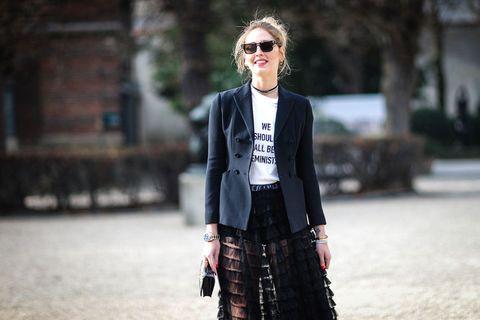 "<p><strong data-redactor-tag=""strong"" data-verified=""redactor"">Chiara Ferragni</strong> con <a href=""http://www.gioia.it/moda/abbigliamento/a1939/dior-femminismo-maria-grazia-chiuri-sfilata-parigi/"" data-tracking-id=""recirc-text-link"">la t-shirt femminista di Dior</a>.</p>"
