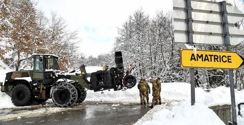 Mode of transport, Winter, Transport, Automotive tire, Snow, Freezing, Machine, Tread, Auto part, Rolling,