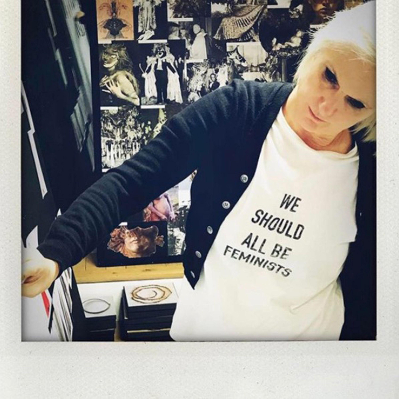 <p>Il direttore creativo di Dior, Maria Grazia Chiuri, è la migliore ambassador per la sua creazione indossando con la t-shirt con un cardigan mentre lavora alla sua prossima collezione. </p>