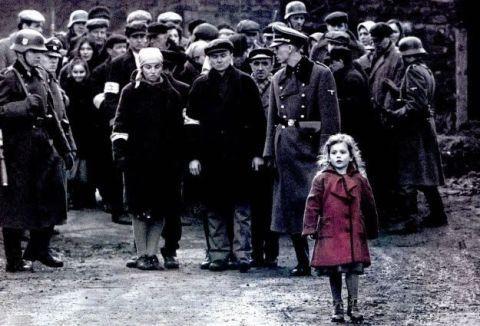 <p>La protesta di Rosenstrasse è stata una protesta non violenta nella Rosenstraße di Berlino chenel febbraio e marzo del 1943 portata avantidalle mogli non ebree e daiparenti di uomini ebreiarrestati per la deportazione. Le coraggiosemanifestantichiedevano alla polizia nazista il rilascio dei propri cari, e, dopo una settimana di manifestazioni non violente,hanno ottenuto laliberazione degli uomini. Una piccola ma significativa vittoria in uno dei momenti storici più drammatici della storia dell'umanità.</p>