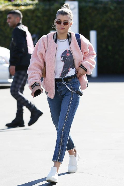 "<p>A Los Angeles <strong data-redactor-tag=""strong"" data-verified=""redactor"">Sofia&nbsp;Richie</strong> sceglie un bomber rosa&nbsp;blush, t-shirt grafica,&nbsp;jeans e <strong data-redactor-tag=""strong"" data-verified=""redactor"">scarpe da ginnastica </strong>bianche.<span class=""redactor-invisible-space"" data-verified=""redactor"" data-redactor-tag=""span"" data-redactor-class=""redactor-invisible-space""></span></p>"