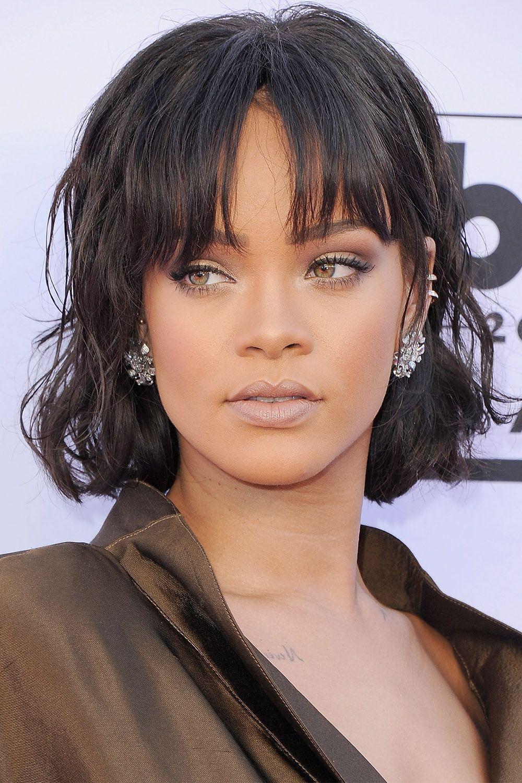 "<p> <strong data-redactor-tag=""strong"" data-verified=""redactor"">Rihanna</strong> mantiene il suo caschetto moderno con una texture arruffatae la <strong data-redactor-tag=""strong"" data-verified=""redactor"">frangia lunga</strong> mossa.<span class=""redactor-invisible-space"" data-verified=""redactor"" data-redactor-tag=""span"" data-redactor-class=""redactor-invisible-space""></span></p>"