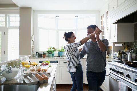 """<p>La <strong data-redactor-tag=""""strong"""" data-verified=""""redactor"""">cucina</strong> è uno dei luoghi in cui si può rinnovare più facilmente l'intesa di coppia, magari preparando una cenetta romantica. Si può scegliere qualche attività insolita, come il <a href=""""http://www.gioia.it/idee/cucina/how-to/a3071/sushi-roll-tutorial-california-roll-hosomaki-maki/"""" data-tracking-id=""""recirc-text-link"""">sushi fatto in casa</a>, oppure il <a href=""""http://www.gioia.it/idee/cucina/how-to/a2624/pane-come-si-fa-farina-lievitazione/"""" data-tracking-id=""""recirc-text-link"""">pane</a> e la <a href=""""http://www.gioia.it/idee/cucina/how-to/a830/ricetta-pizza-di-spontini/"""" data-tracking-id=""""recirc-text-link"""">pizza</a>. Basta farlo rigorosamente insieme!</p>"""