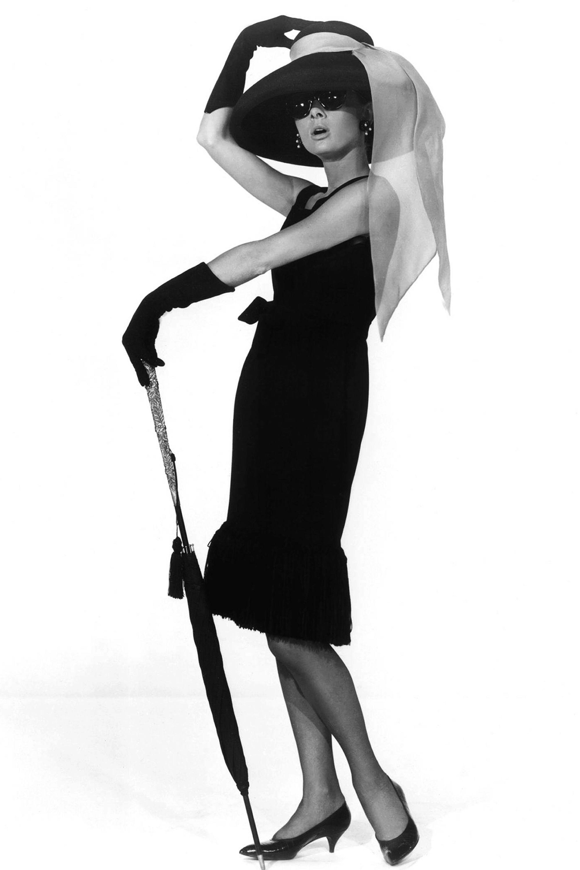 """<p>L'abito che<strong data-redactor-tag=""""strong"""" data-verified=""""redactor"""">Audrey Hepburn</strong> indossa <a data-tracking-id=""""recirc-text-link"""" href=""""http://www.elle.com/it/spettacolo/film/a1110/audrey-hepburn-marilyn-monroe-colazione-da-tiffany/"""">nel film</a><em data-redactor-tag=""""em""""><a href=""""http://www.elle.com/it/spettacolo/film/a1110/audrey-hepburn-marilyn-monroe-colazione-da-tiffany/"""">Colazione da Tiffany</a></em><span class=""""redactor-invisible-space"""" data-redactor-class=""""redactor-invisible-space"""" data-redactor-tag=""""span"""" data-verified=""""redactor"""">è probabilmente il più famoso di tutti i tempi. Disegnato da un amico dell'<strong data-redactor-tag=""""strong"""" data-verified=""""redactor"""">attrice</strong>,<strong data-redactor-tag=""""strong"""" data-verified=""""redactor""""> Hubert de Givenchy</strong>, il vestito è stato realizzato in una versione corta (nella foto) e in una lunga. Dopo la morte di Audrey Hepburn nel 1993, è stato venduto all'asta per 900mila dollari.<span class=""""redactor-invisible-space"""" data-redactor-class=""""redactor-invisible-space"""" data-redactor-tag=""""span"""" data-verified=""""redactor""""></span></span><span class=""""redactor-invisible-space"""" data-redactor-class=""""redactor-invisible-space"""" data-redactor-tag=""""span"""" data-verified=""""redactor""""></span></p>"""