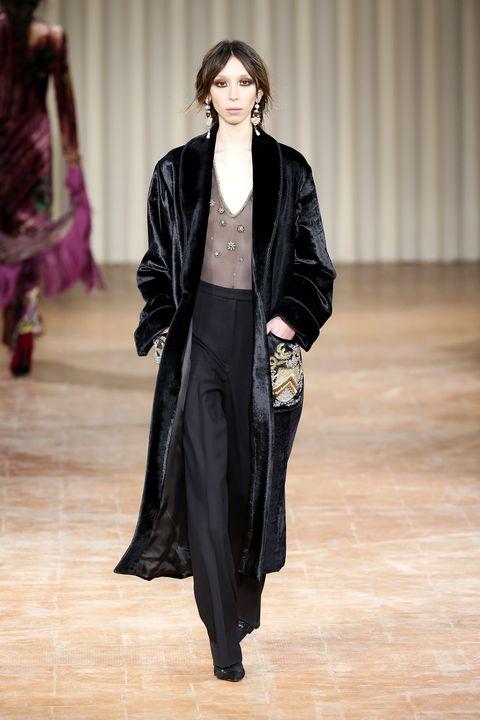 molto carino 978d9 c3e4f Velluto: i look dalle sfilate per la moda autunno inverno ...