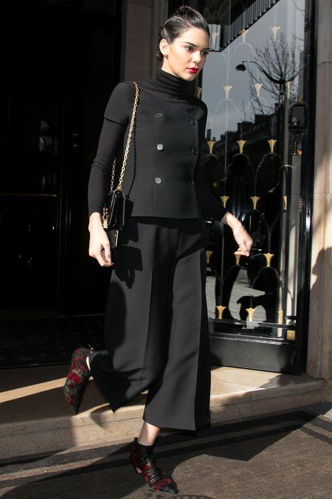 <p>Maglia nera a tartaruga sotto un top con bottoni, abbinati ai pantaloni ampi di&nbsp;Zeynep Arçay e agli stivaletti&nbsp;rossi e neri, Parigi.&nbsp;</p>