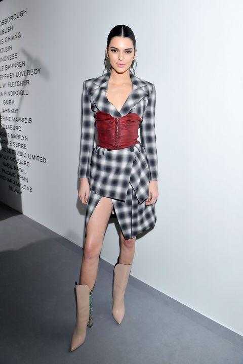 <p>In abito stampa check con un corsetto rosso e stivali beigeLvmh Prize cocktail, Parigi.</p>