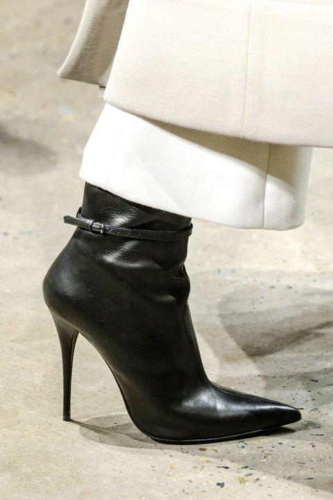 <p>Lo stiletto perfetto: tacco finissimo, caviglia aderente e punta affilata.</p>