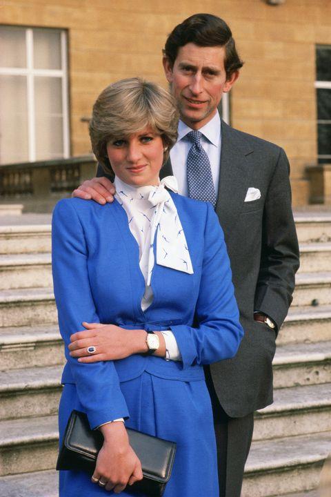 <p>In posa nel parco di Buckingham Palace dopo l'annuncio del loro fidanzamento.</p>