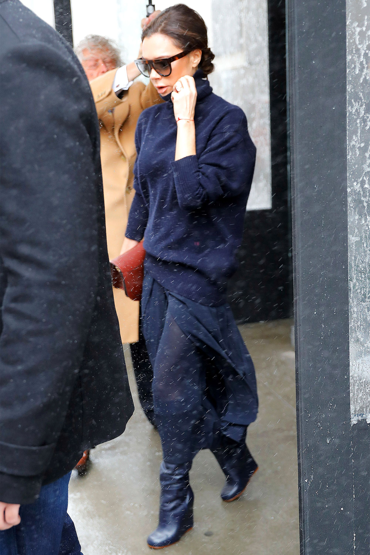 <p>Victoria Beckham va sul classico e sceglie il blu navy da capo a piedi.</p>