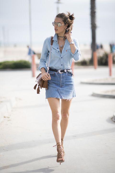 db0fa4c4e6b58c Come abbinare e indossare la camicia di jeans?