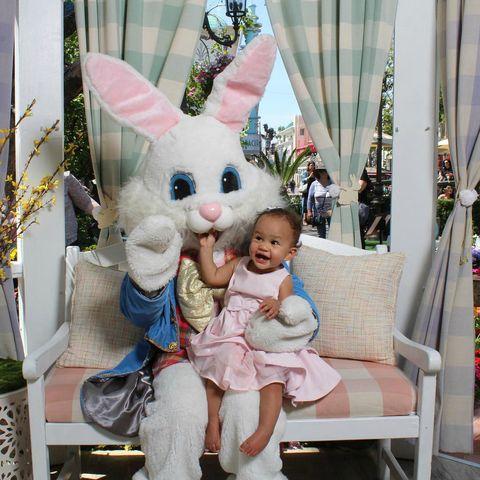 <p>La piccola Luna sembra molto felice di aver incontrato il coniglietto pasquale.</p>