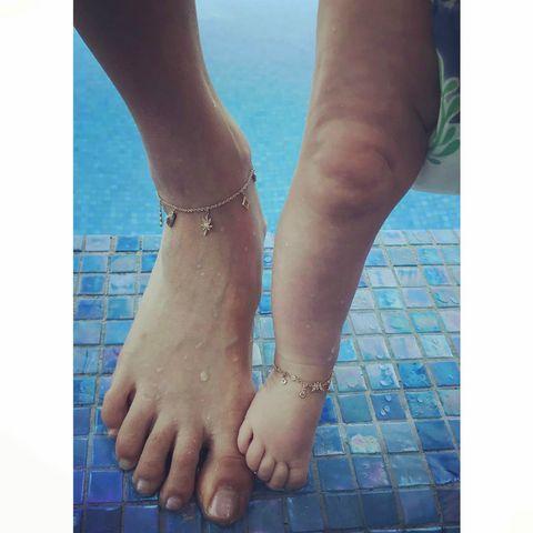 """<p>«Tale madre, tale figlia» <strong data-redactor-tag=""""strong"""" data-verified=""""redactor"""">Behati Prinsloo</strong> ha postato la foto dei lei e sua figlia in piscina che indossano la stessa cavigliera (e <a data-tracking-id=""""recirc-text-link"""" href=""""http://www.elle.com/it/magazine/personaggi/a2084/behati-prinsloo-primo-selfie-mamma/"""">non era nemmeno il suo primo selfie!</a>).</p>"""