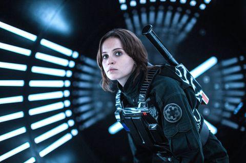 """<p>Precisazione doverosa per tutti i fan di<em data-redactor-tag=""""em"""" data-verified=""""redactor""""> </em><strong data-redactor-tag=""""strong"""" data-verified=""""redactor""""><em data-redactor-tag=""""em"""" data-verified=""""redactor"""">Star Wars</em></strong>: lo sappiamo, i jedi donna erano una possibilità già contemplata da <strong data-redactor-tag=""""strong"""" data-verified=""""redactor"""">George Lucas</strong> fin dall'inizio. Tuttavia, nell'universo pre- Girl Power, il personaggio di Leila si poneva come l'eccezione clamorosa all'interno di un mondo dominato da jedi maschi. Al massimo, chi poteva rubare realmente la scena al protagonista Luke era, per ragioni estetiche e di fascino, il buon Han Solo, interpretato da <strong data-redactor-tag=""""strong"""" data-verified=""""redactor"""">Harrison Ford</strong>. Persino la compianta <a data-tracking-id=""""recirc-text-link"""" href=""""http://www.elle.com/it/magazine/firme/news/a2489/carrie-fisher-storia-harrison-ford/"""">Carrie Fisher non ha resistito al suo fascino galattico...</a> Ora invece è tutto cambiato: nel sequel di<em data-redactor-tag=""""em"""" data-verified=""""redactor"""">Star Wars</em> la nuova speranza è una donna jedi e persino <a data-tracking-id=""""recirc-text-link"""" href=""""http://www.elle.com/it/spettacolo/film/g2010/star-wars-rogue-one-curiosita/"""">nello spin off <em data-redactor-tag=""""em"""" data-verified=""""redactor"""">Rogue One</em></a><em data-redactor-tag=""""em"""" data-verified=""""redactor""""> </em>la scena è dominata dalla combattiva Jyn. Ora a brandire la spada laser o ad attaccare la Morte Nera sono le donne.<span class=""""redactor-invisible-space"""" data-redactor-class=""""redactor-invisible-space"""" data-redactor-tag=""""span"""" data-verified=""""redactor""""></span></p>"""