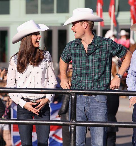 """<p>Quella volta che si sono messi i cappelli da cowboy durante il <a href=""""http://www.gioia.it/magazine/personaggi/news/a1783/principe-william-kate-middleton-canada-2016/"""" data-tracking-id=""""recirc-text-link"""">viaggio ufficiale in&nbsp&#x3B;Canada.</a></p>"""