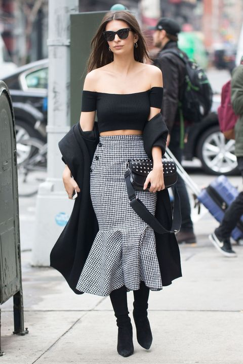 "<p>Emily Ratajkowski associa&nbsp;il <strong data-redactor-tag=""strong"" data-verified=""redactor"">crop top</strong> alla gonna longuette a sirena firmata Michael Kors. Uno stile che rievoca le muse di&nbsp;Alfred Hitchcock. </p>"