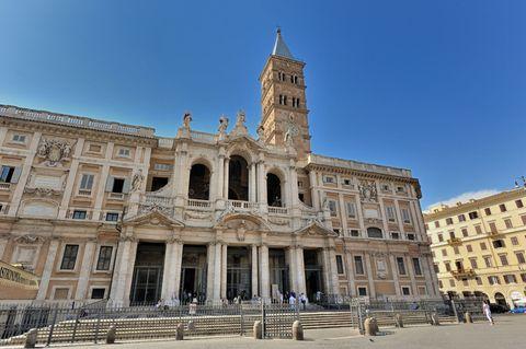 """<p>Lo avresti mai detto che il luogo che i turisti stranieri stanno apprezzando di più nel nostro Paese è questa maestosa basilica romana? La&nbsp;<strong data-redactor-tag=""""strong"""" data-verified=""""redactor"""">Basilica di Santa Maria Maggiore</strong><span class=""""redactor-invisible-space"""" data-verified=""""redactor"""" data-redactor-tag=""""span"""" data-redactor-class=""""redactor-invisible-space""""><strong data-redactor-tag=""""strong"""" data-verified=""""redactor""""></strong> a Roma,</span>&nbsp;fatta erigere da papa Sisto III, colpisce i suoi visitatori non solo per l'imponenza esterna ma anche per le ricche decorazioni interne.<span class=""""redactor-invisible-space"""" data-verified=""""redactor"""" data-redactor-tag=""""span"""" data-redactor-class=""""redactor-invisible-space""""></span></p>"""