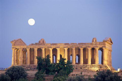 """<p>Come si fa a non rimanere incantati davanti alla <strong data-redactor-tag=""""strong"""">Valle dei Templi ad Agrigento</strong>, in Sicilia? Secoli di storia si mostrano in tutto il loro splendore in questa incantevole&nbsp;area archeologica, che grazie a suo eccezionale stato di conservazione è Patrimonio dell'Umanità Unesco dal 1997.</p>"""