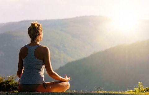 Un mese intero dedicato allo yoga e agli appassionati di questa pratica! Succede in Valle d'Aosta dal27 maggio al 18 giugno 2017: una manifestazione che si svolge in più località (Area Megalitica, Piazza Chanoux, Forte di Bard,Machaby, Chemp e Coumarial), conla partecipazione di vari insegnanti, che fanno capo alle varie«correnti» dello yoga.La prima edizione dello YogaFestival valdostano ha in programma moltissimi eventi etutti a ingresso libero (meglio però iscriversi prima online): per esempio, domenica4 giugno al Forte di Bard sono in calendario lezioni gratuite ele vie del borgo di Bard si animeranno con operatori olistici eartigiani. Ci saranno anche due guru internazionali: Ram Rattan Singhe Pandhora Williams, per due classi avanzate di Vinyasa. Imperdibili.