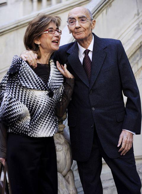 """<p>Una storia d'amore nata tra le pagine dei libri, letteralmente. <strong data-redactor-tag=""""strong"""" data-verified=""""redactor"""">José Saramago</strong> due anni prima di ricevere il Nobel per la letteratura sposò <strong data-redactor-tag=""""strong"""" data-verified=""""redactor"""">Pilar del Río Gonçalves</strong>, che era la traduttrice spagnola dei suoi libri. La loro storia d'amore è raccontata anche in un docufilm di Miguel Gonçalves Mendes dal titolo <em data-redactor-tag=""""em"""" data-verified=""""redactor"""">José e Pilar</em>.<span data-redactor-tag=""""span"""" data-verified=""""redactor""""></span><br></p>"""
