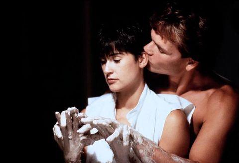 """<p>Lo strazio per la perdita dell'amato, l'amore che continua anche dopo la morte e una colonna sonora struggente rendono questo film uno dei più romantici di sempre. <a data-tracking-id=""""recirc-text-link"""" href=""""http://www.elle.com/it/spettacolo/film/news/a4216/film-ghost-scena-vaso/"""">La scena al tornio</a> tra Molly (<strong data-redactor-tag=""""strong"""" data-verified=""""redactor"""">Demi Moore</strong>) e Sam (il compianto <strong data-redactor-tag=""""strong"""" data-verified=""""redactor"""">Patrick Swayze</strong>) è, probabilmente, vivissima nella memoria di molte persone.<br/></p>"""