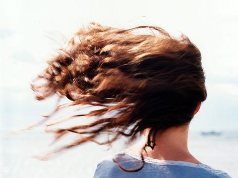 """<p>Se hai i <strong data-redactor-tag=""""strong"""" data-verified=""""redactor"""">capelli ricci</strong> o mossi l'estate è sicuramente la tua stagione. Poter asciugare i capelli all'aria è il modo migliore per dare un&nbsp;<strong data-redactor-tag=""""strong"""" data-verified=""""redactor"""">effetto naturale </strong>e vaporoso ai ricci. Con l'aiuto della&nbsp;salsedine poi non avrai rivali. Certo il metodo seppur efficace non è velocissimo, soprattutto se c'è umidità.<br>Tutt'altra storia hai&nbsp;i <strong data-redactor-tag=""""strong"""" data-verified=""""redactor"""">capelli sottili</strong> o corti. Basterà qualche soffiata di vento per avere la chioma perfettamente asciutta. Porta&nbsp;sempre con te un pettine e il gioco è fatto.</p>"""