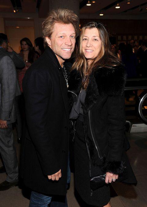"""<p>Fidanzati fin dalle superiori, <strong data-redactor-tag=""""strong"""" data-verified=""""redactor"""">Jon Bon Jovi e Dorothea Hurley</strong> <a data-tracking-id=""""recirc-text-link"""" href=""""http://www.elle.com/it/magazine/personaggi/g2052/coppie-vip-matrimoni-segreti/"""">hanno coronato il loro sogno d'amore con un matrimonio segreto</a>. Durante una tappa del New Jersey Syndicate Tour, infatti, Jon e Dorothea si recarono a Las Vegas per sposarsi. La coppia ha 4 figli.</p>"""