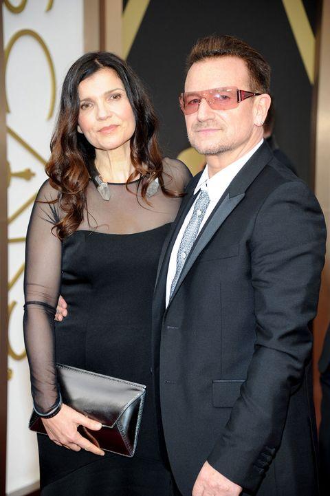 """<p>Il frontman degli U2, <strong data-redactor-tag=""""strong"""" data-verified=""""redactor"""">Bono</strong>, ha conosciuto <strong data-redactor-tag=""""strong"""" data-verified=""""redactor"""">Alison Stewart</strong> nel 1975, quando entrambi frequentavano la Mount Temple School di Dublino. Da allora non si sono più separati tanto da sposarsi nel 1982, quando lui aveva 22 anni e lei 21. Insieme hanno 4 figli.</p>"""