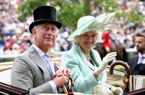 """<p>Non me ne voglia nessuno se in questa classifica sugli amori di Buckingham Palace metto prima la storia tra <strong data-redactor-tag=""""strong"""" data-verified=""""redactor"""">Carlo e Camilla</strong> e poi quella di Carlo con Diana. Il contrastato amore tra Carlo e Camilla, infatti, da un punto di vista squisitamente romantico è una storia molto più forte.</p><p>Lui, l'erede al trono, sposato con una donna bellissima come Lady D si innamora di una donna già sposata, Camilla, tra l'altro sua vecchia fiamma. Il loro è un amore clandestino: non certo una novità nelle corti di tutto il mondo, ma molto più dirompente delle altre storie di tradimenti che costellano le monarchie di ogni angolo del globo. Per Camilla non è facile, <a data-tracking-id=""""recirc-text-link"""" href=""""http://www.elle.com/it/magazine/personaggi/a4208/camilla-parker-bowles-confessioni-relazione-principe-carlo/"""">come ha recentemente raccontato</a>; per Carlo nemmeno. Il divorzio dalla principessa Diana, la prematura morte di lei, i lunghissimi anni di fidanzamento con Camilla e poi, alla fine, il «matrimonio riparatore» che viene celebrato solo nel 2005.<br/></p>"""