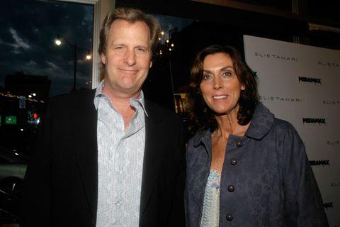 """<p>L'attore<strong data-redactor-tag=""""strong"""" data-verified=""""redactor""""> Jeff Daniels</strong> si è fidanzato con <strong data-redactor-tag=""""strong"""" data-verified=""""redactor"""">Kathleen Treado</strong> durante gli anni di liceo e i due si sono poi uniti in matrimonio nel 1979. Hanno 3 figli. Una curiosità sulle nozze tra Jeff e Kathleen: il matrimonio è stato celebrato di venerdì 13 (data che nel mondo anglofono è di cattivo auspicio) perché al liceo Jeff aveva il numero 13 sulla sua divisa da baseball.</p>"""