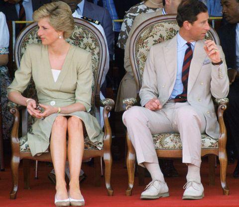 """<p>E veniamo alla storia d'amore tra <strong data-redactor-tag=""""strong"""" data-verified=""""redactor"""">Carlo e Diana</strong>: chissà quanti segreti conserva ancora Buckingham Palace su questa vicenda!<br/></p><p>Il primo incontro tra Carlo e Diana avvenne nel 1977, ma la loro storia d'amore inizia ufficialmente nel 1980. Il matrimonio venne celebrato il 29 luglio 1981: lui aveva 33 anni e lei appena 20. <a data-tracking-id=""""recirc-text-link"""" href=""""http://www.elle.com/it/magazine/personaggi/news/a3767/principe-carlo-ha-dovuto-imparare-ad-amare-principessa-diana/"""">La notte prima del matrimonio Carlo versò tutte le sue lacrime</a>, sia per lo stress, sia perché era ancora innamorato della sua ex, <strong data-redactor-tag=""""strong"""" data-verified=""""redactor"""">Camilla Parker-Bowles</strong>. Con tali premesse, il <strong data-redactor-tag=""""strong"""" data-verified=""""redactor"""">matrimonio</strong> tra Carlo e Diana non era destinato a durare a lungo e dopo crisi, tradimenti e la separazione, il divorzio avvenne nel 1996. Per la prima volta nella <strong data-redactor-tag=""""strong"""" data-verified=""""redactor"""">famiglia reale britannica</strong> ci si trovava dinanzi a un evento inedito: Diana rimase Principessa di Galles, non era più Altezza Reale, ma continuava a far parte ufficialmente della famiglia reale in quanto madre dell'erede al trono, William.</p><p>Appena un anno dopo il divorzio, Lady Diana moriva in un incidente a Parigi e iniziava la sua leggenda.</p>"""