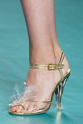 I 10 sandali firmati che danno una svolta al tuo outfit estivo