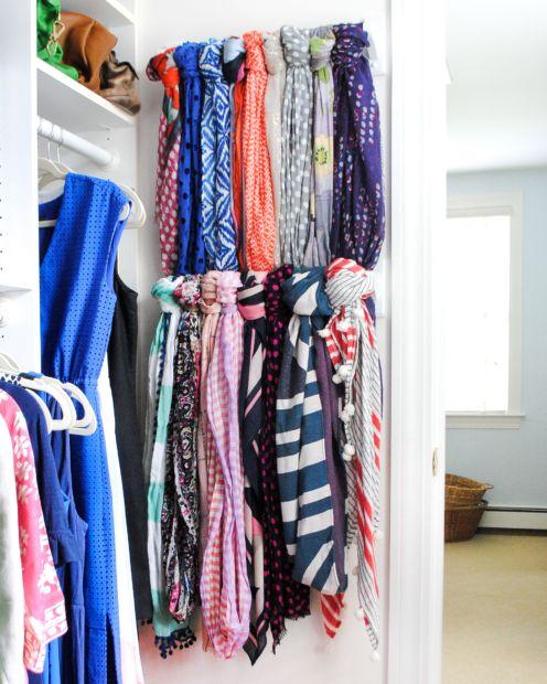 """<p>Invece di riempire gli appendiabiti con tutti i tuoi foulard, applica una barra – di quelle porta asciugamano, per esempio – sul muro della tua <a data-tracking-id=""""recirc-text-link"""" href=""""http://www.elle.com/it/idee/fai-da-te/a1137/scegliere-la-cabina-armadio-angolare/"""">cabina armadio</a> per ottenere uno spazio in più a tua completa disposizione.</p>"""