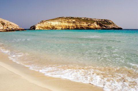 """<p>È considerata <strong data-redactor-tag=""""strong"""" data-verified=""""redactor"""">la spiaggia più bella Terra</strong>: c'è da dire altro? Si tratta di un'isola completamente rocciosa a pochi metri da Lampedusa. Tra l'altro è il luogo in cui le tartarughe marine Caretta Caretta vengono a deporre le loro uova, ogni anno: insomma, se volete fare una viaggio romantico, è l'ideale!<br></p>"""