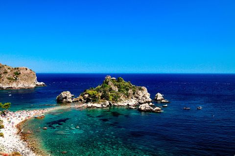 """<p>Poco da aggiungere, visto che il nome <strong data-redactor-tag=""""strong"""" data-verified=""""redactor"""">Isola Bella</strong> dice tutto. A poca distanza dalla costa di <strong data-redactor-tag=""""strong"""" data-verified=""""redactor"""">Taormina</strong> è un paradiso terrestre grazie alla natura lussureggiante e il mare che richiama quello dei Caraibi. Se potete fate il giro dell'intera isola in barca.<br></p>"""