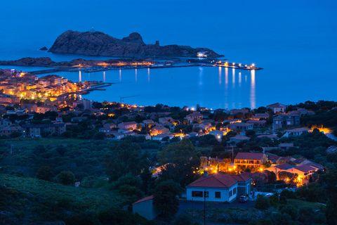 """<p>Il nome di questa cittadina in Alta Corsica fondata nel 1758 da Pasquale Paoli è dovuto al colore ocra dell'isoletta rocciosa usata come porto naturale. <strong data-redactor-tag=""""strong"""" data-verified=""""redactor"""">Isola Rossa</strong> – o, alla francese, <em data-redactor-tag=""""em"""" data-verified=""""redactor"""">Ile-Rousse</em> – è una meta molto amata dai turisti estivi, anche per via della spiaggia che si trova nel cuore della città. Completano il quadretto idilliaco delle deliziose piazzette ombreggiate.</p>"""