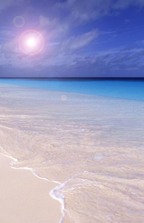 """<p>Si potrebbe pensare che sia una spiaggia affollata per via delle <strong data-redactor-tag=""""strong"""" data-verified=""""redactor"""">sabbie color rosa</strong>, ma, visto che non ci sono strutture ricettive, di fatto è quasi sempre deserta. Per la spiaggia rosa, comunque, non dimenticate quella di <a data-tracking-id=""""recirc-text-link"""" href=""""http://www.elle.com/it/idee/viaggi/g2956/sardegna-spiagge-piu-belle/"""">Budelli, in Sardegna</a>.</p>"""