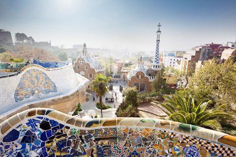 """<p><strong data-redactor-tag=""""strong""""></strong>La città di Barcellona è da sempre legata ad un artista in particolare, ovvero <strong data-redactor-tag=""""strong"""">Antoni Gaudì </strong>(1852-1926): considerato il massimo esponente del modernismo catalano Gaudì può vantare in particolare per sette opere cittadine il riconoscimento di Patrimonio Mondiale dell'Umanità Unesco. Si tratta di <strong data-redactor-tag=""""strong"""">Casa Vicens</strong> (realizzata tra il 1883 e il 1888), con il suo stile che ricorda l'arte gotica, la facciata della Natività della <strong data-redactor-tag=""""strong"""">Sagrada Família</strong>, la celebre basilica simbolo di Barcellona i cui lavori sono iniziati nel 1882, e non sono ancora terminati, <strong data-redactor-tag=""""strong"""">Palazzo Güell</strong> (1886-1888) e la <strong data-redactor-tag=""""strong"""">Cripta della Colonia Güell</strong> (1898-1915, situata a Santa Coloma de Cervelló), il coloratissimo e panoramico <strong data-redactor-tag=""""strong"""">Parco Güell</strong> (1900-1914), <strong data-redactor-tag=""""strong"""">Casa Batlló</strong><strong data-redactor-tag=""""strong""""></strong> (1904-1907), una delle opere più originali dell'artista, e <strong data-redactor-tag=""""strong"""">Casa Milà</strong> detta <em data-redactor-tag=""""em"""">La Pedrera</em> (<strong data-redactor-tag=""""strong""""></strong>1906-1912), il famoso edificio con la facciata che richiama le onde del mare. Anche se il tuo soggiorno a Barcellona ha una breve durata puoi comunque riuscire ad ammirare facilmente tutte queste bellezze, che ti lasceranno senza fiato. Sempre in città c'è il <strong data-redactor-tag=""""strong"""">Museo Picasso </strong>(<em data-redactor-tag=""""em"""">museupicasso.bcn.cat</em><em data-redactor-tag=""""em""""></em>), che raccoglie <a data-tracking-id=""""recirc-text-link"""" href=""""http://www.elle.com/it/idee/trend/suggerimenti/g1835/mostre-2017-italia-date-eventi/"""">migliaia di lavori di Pablo Picasso</a>, tra cui <em data-redactor-tag=""""em"""">Arlecchino</em> e <em data-redactor-tag=""""em"""">La"""