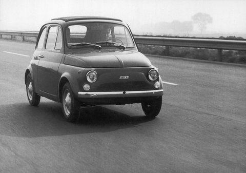 """<p>Arrivamo così al 1957 quando, dopo l'arrivo della 600, finalmente&nbsp;nasce su progetto di <strong data-redactor-tag=""""strong"""" data-verified=""""redactor"""">Dante Giacosa</strong> la<strong data-redactor-tag=""""strong"""" data-verified=""""redactor""""> Fiat 500, </strong>quella&nbsp;che possiamo definire storica<em data-redactor-tag=""""em"""" data-verified=""""redactor"""">&nbsp;</em>e che è stata<em data-redactor-tag=""""em"""" data-verified=""""redactor"""">&nbsp;</em>prodotta fino al 1975.<span class=""""redactor-invisible-space"""" data-verified=""""redactor"""" data-redactor-tag=""""span"""" data-redactor-class=""""redactor-invisible-space""""> L'auto, chiamata amichevolmente anche&nbsp;Cinquino<span data-verified=""""redactor"""" data-redactor-tag=""""span"""">,</span><span class=""""redactor-invisible-space"""" data-verified=""""redactor"""" data-redactor-tag=""""span"""" data-redactor-class=""""redactor-invisible-space""""></span> era stata ideata appositamente per la popolazione, con un costo accessibile, e per questo motivo ha avuto un successo senza precedenti. Originariamente aveva soltanto&nbsp;due posti e&nbsp;poteva trasportare 70 chili di bagaglio.&nbsp;<span class=""""redactor-invisible-space"""" data-verified=""""redactor"""" data-redactor-tag=""""span"""" data-redactor-class=""""redactor-invisible-space""""></span></span></p>"""