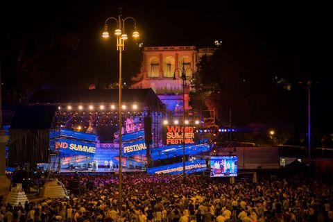 """<p>Se durante le puntate del Festivalbar abbiamo potuto ammirare, negli anni, le più belle piazze del nostro Paese come Piazza del Plebiscito a Napoli o Piazza Sordello a Mantova (oltre alla monumentale e leggendaria <strong data-redactor-tag=""""strong"""" data-verified=""""redactor"""">Arena di Verona</strong>), grazie al <strong data-redactor-tag=""""strong"""" data-verified=""""redactor"""">Wind Summer Festival 2017</strong><span class=""""redactor-invisible-space"""" data-verified=""""redactor"""" data-redactor-tag=""""span"""" data-redactor-class=""""redactor-invisible-space""""></span>se ne aggiunge una all'elenco. Ovvero <strong data-redactor-tag=""""strong"""" data-verified=""""redactor"""">Piazza del Popolo</strong> a Roma, ai piedi del Pincio, che ospita le famosechiese gemelle, Santa Maria in Montesanto (risalente al 1675) e Santa Maria dei Miracoli (del 1678), e il famoso Obelisco Flaminio al centro della piazza, alto 24 metri.<span class=""""redactor-invisible-space"""" data-verified=""""redactor"""" data-redactor-tag=""""span"""" data-redactor-class=""""redactor-invisible-space""""></span></p>"""