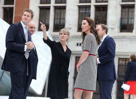 <p>Kate in visita al&nbsp&#x3B;Victoria &amp&#x3B; Albert Museum di Londra nel giugno 2017. Che gonna corta!&nbsp&#x3B;</p><section><section></section></section>