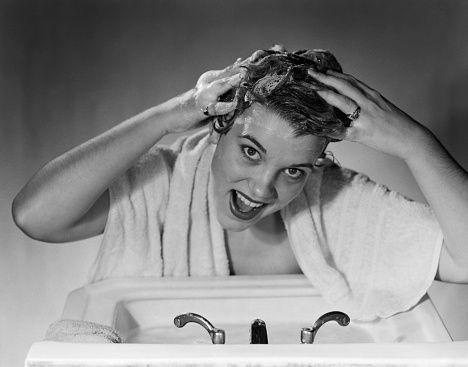 """<p>La dose dello <strong data-redactor-tag=""""strong"""" data-verified=""""redactor"""">shampoo </strong>non deve essere esagerata: prendete una noce di prodotto. Se fate due shampoo (non è necessario a meno dicapelli in condizioni disastrose) la seconda dose dovrà essere ancora minore. Distribuite bene lo shampoo massaggiandobene il cuoio capelluto con i polpastrelli (non le unghie!) e nonfregate le punte con i palmi delle mani perché le rovinereste. Esiste anche <a data-tracking-id=""""recirc-text-link"""" href=""""http://www.elle.com/it/bellezza/capelli/news/g191/shampoo-a-secco-nuovi-prodotti-cosmetici/"""">lo shampoo secco</a> ma nonabusatene perché potrebbe danneggiare i capelli.</p>"""