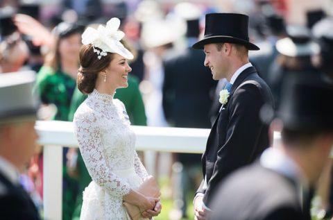 """<p>Splendida Kate&nbsp&#x3B;<a href=""""http://www.gioia.it/moda/abbigliamento/news/a4398/kate-middleton-outfit-royal-ascot-bianco/"""" data-tracking-id=""""recirc-text-link"""">al Royal Ascot del giugno&nbsp&#x3B;2017</a> insieme al principe William. Ma quel vestito non è troppo aderente e troppo trasparente per la Regina?&nbsp&#x3B;&nbsp&#x3B;</p><section><section></section></section>"""