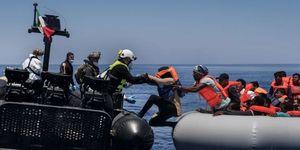 Sbarchi migranti Italia navi Marina militare reportage: il soccorso ai profughi