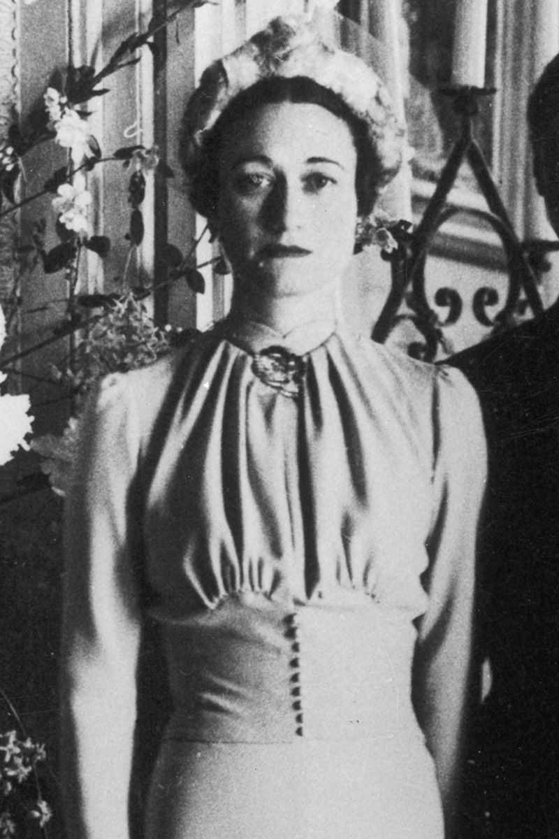 """<p>Sempre nel 1937 per il suo controverso <a data-tracking-id=""""recirc-text-link"""" href=""""http://www.elle.com/it/magazine/personaggi/g2928/royal-family-amori-tradimenti-buckingham-palace/"""">matrimonio con Edoardo VIII, duca di Windsor</a>, <strong data-redactor-tag=""""strong"""" data-verified=""""redactor"""">Wallis Simpson</strong> ha scelto un cappello a forma di aureola invece del velo e l'ha abbinato a un abito blu con un fermaglio didiamanti e zaffiri sul collo.</p>"""