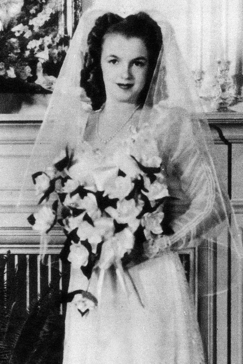 """<p>A 16 anni, <strong data-redactor-tag=""""strong"""" data-verified=""""redactor"""">Marilyn Monroe</strong> (ma allora era solo Norma Jeane) sposò Jim Dougherty con scegliendo un velo classico e un'acconciatura tipica per il primo dei suoi tre matrimoni.</p>"""