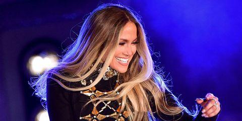 Jennifer Lopez festeggia i 48 anni in grande stile: il nude look è mozzafiato
