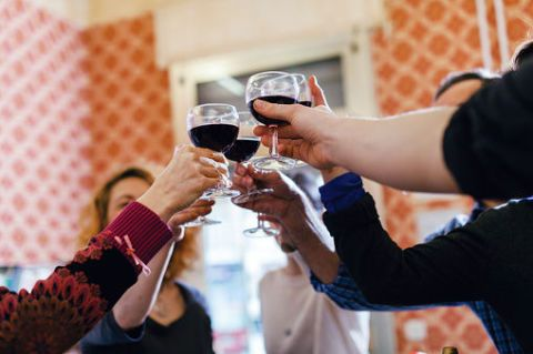 """<p>La ricerca ha dimostrato che bere del <strong data-redactor-tag=""""strong"""" data-verified=""""redactor"""">vino rosso</strong> ogni tanto protegge il cervello. Secondo uno studio JAMA, le persone che bevono da 1 a 6 bicchieri  a settimana hanno il 54% in meno di probabilità di sviluppare la demenza, rispetto agli astemi.</p>"""