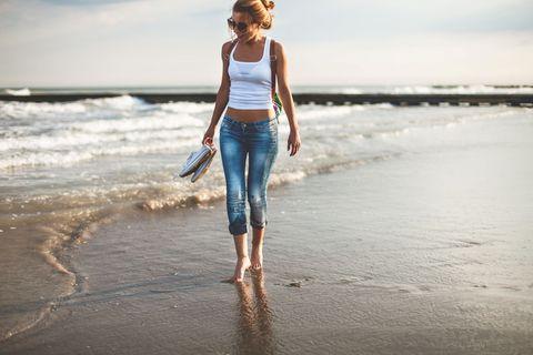 """<p><strong data-redactor-tag=""""strong"""" data-verified=""""redactor"""">Camminare</strong> è l'attività più semplice di tutte: non servono particolari attrezzature, e puoi praticarla quando vuoi (magari al tramonto, così mentre passeggi puoi&nbsp;godere di un panorama mozzafiato). Per aumentare il dispendio calorico e per allenare contemporaneamente anche i muscoli delle gambe e i glutei cammina mantenendo il livello dell'acqua fino a metà coscia.</p>"""